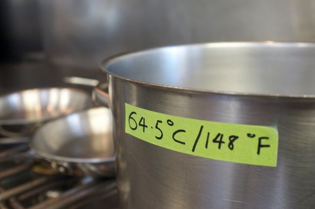 Usted necesitará un termómetro de cocina para asegurar el baño de agua se mantiene a 64.5˚C / 148f todo el tiempo que usted está cocinando. Trate de mantenerse dentro 1-2˚ de la temperatura deseada.