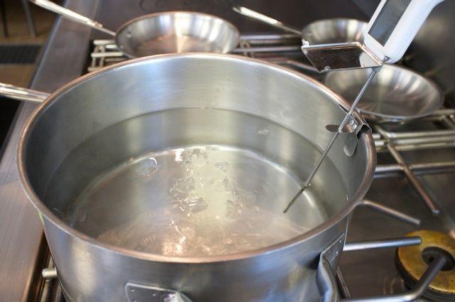 Si el agua se pone cubos añadir hielo demasiado calientes para bajar la temperatura.