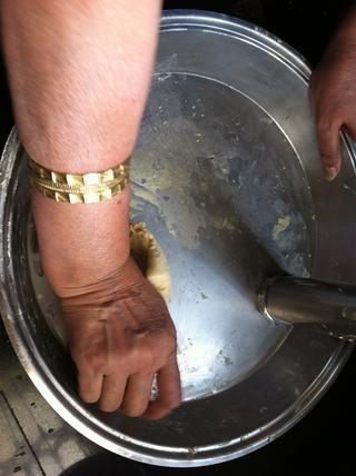 Rodillas con la mano o con el fabricante de la pasta
