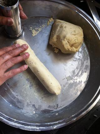 Estirar la masa y meter esto en el fabricante de chaklee