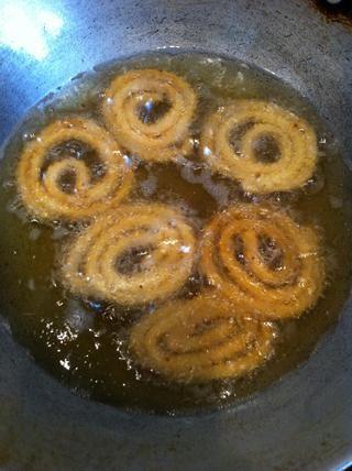 El aceite debe estar caliente para probar poner un pequeño trozo de masa en el aceite y si se hunde luego de masa de aceite no es caliente y si el calor que empieza a flotar y freír hasta que se vuelve color marrón dorado