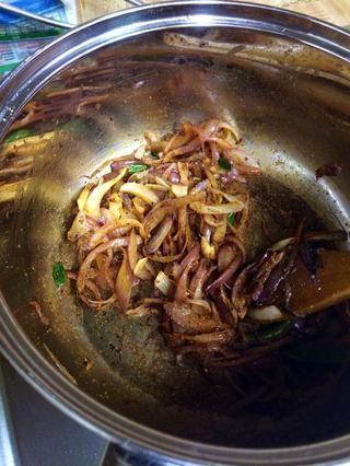 Añadir el masala después de un minuto más o menos de saltear, y cocine hasta que las cebollas estén doradas y translúcido.
