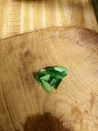 Ahorra un poco de hojas de curry para freír