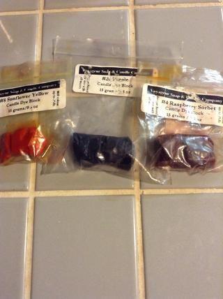 Si usted quiere colorear estos, por favor, asegúrese de usar velas colores seguros. Estos colores hasta 25 libras de cera, y que sólo cuesta $ 1.50! ¡Qué buena oferta! Sólo raspar un poco en la cera y mezclar ...