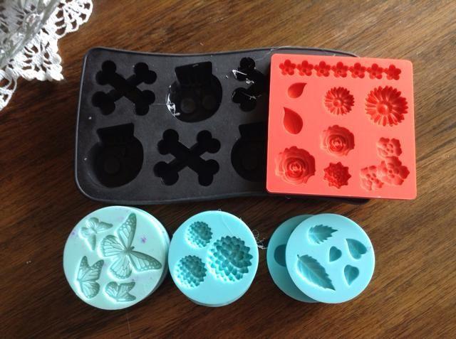 Usted puede usar todo tipo de moldes para tartas de cera. El negro es una bandeja de cubitos de hielo de silicona, el azul son de polímero y arcilla de epoxy y el naranja es para las formas Mod Podge, pero todo el trabajo para tartas!