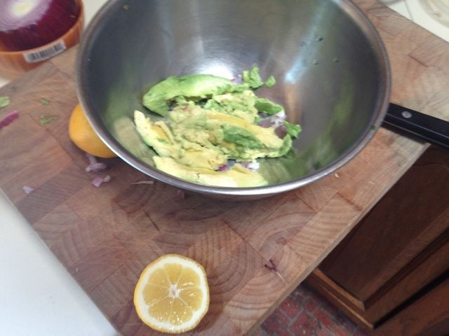 Hacer guacamole es siempre un buen equipo. Aguacate, jugo de limón, cebolla roja, ajo, S & P, al igual que papá lo hace!