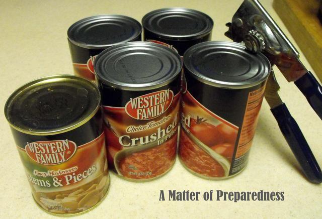 Añadir el tomate triturado, salsa de tomate y pasta de tomate de su despensa o suministros de almacenamiento de alimentos.