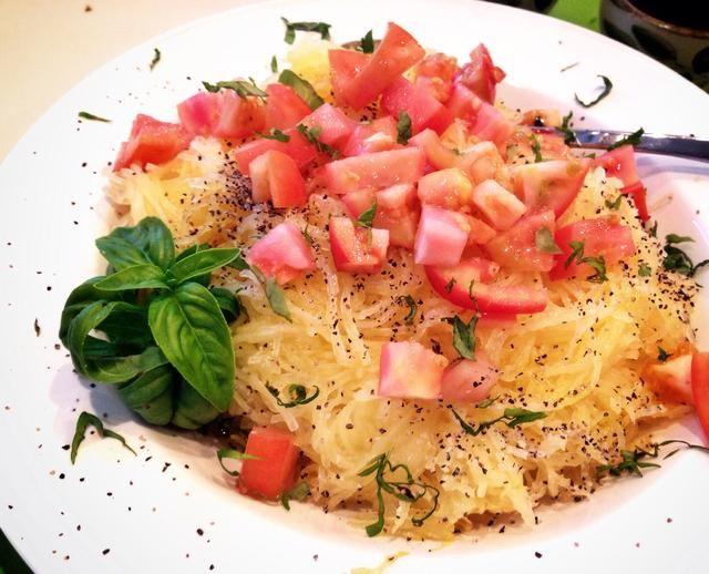 Rocíe con aceite de oliva. Cubra con los tomates. Sal y pimienta al gusto ... y decorar con albahaca picada.