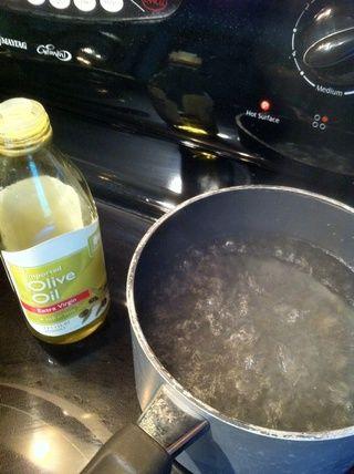 Hervir el agua con el aceite de oliva
