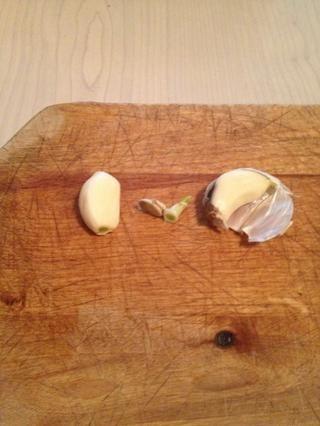 Peel de la piel en los dientes de ajo y cortar los extremos.