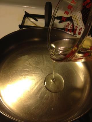 En medio a fuego lento, se vierte en el aceite de oliva.