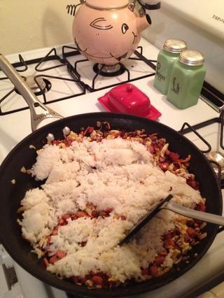 Añadir el arroz en su mezcla salteado.