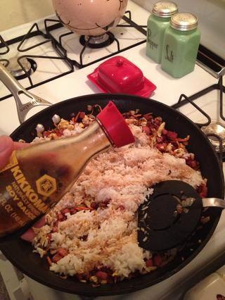 Añadir la salsa de soja libremente mientras se agita.
