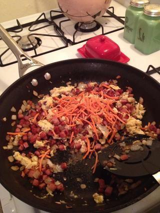 Añadir la zanahoria rallada y mezclar como usted es un cocinero asiático de algún tipo