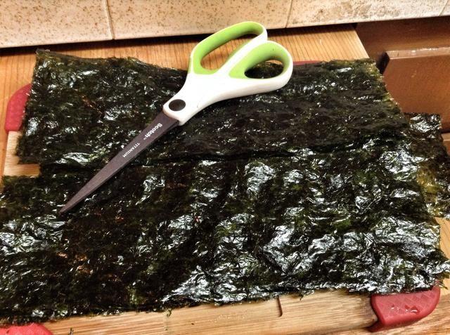 Coge tu algas tostado y cortado por la mitad.
