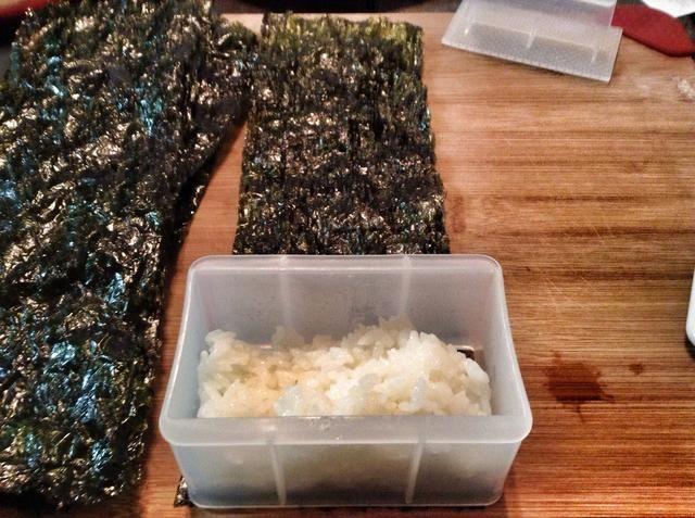 En un extremo de las algas colocar un marco Musubi y rellenar con arroz. Si no't have a Musubi frame use the empty can of spam as a guide.
