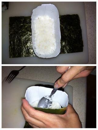 Saque un poco de arroz en el molde y presione hacia abajo en el arroz con el musubi-fabricante (o una cuchara). Siga con una rodaja de spam, luego otra capa de arroz. Dar la mano la prensa final para mantener este bebé juntos.