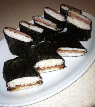 Envolver rápidamente los nori todo el arroz y se deja reposar lado abatible. La humedad del arroz