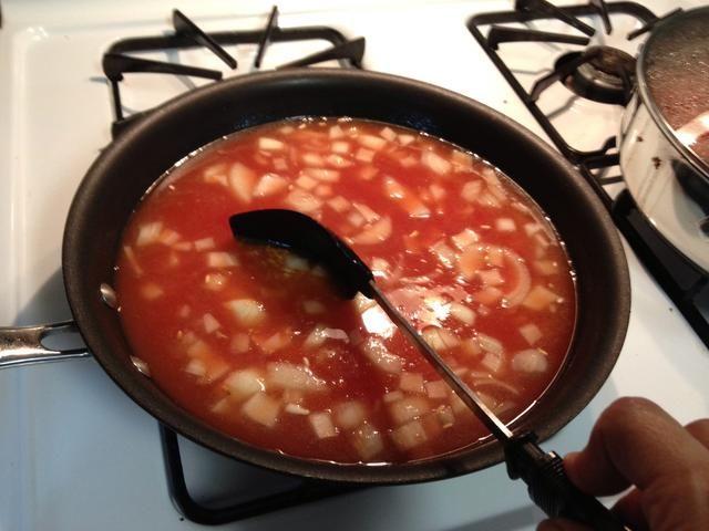 Espolvoree sal a su gusto. (Sobre 1 cucharada) Usted puede espolvorear el poder de ajo por su gusto.