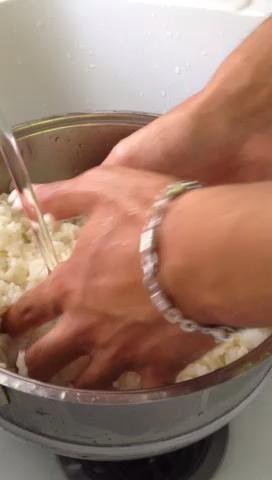 Que correr agua fría para enfriar el arroz