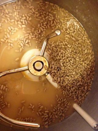A continuación, añadir las semillas de girasol.