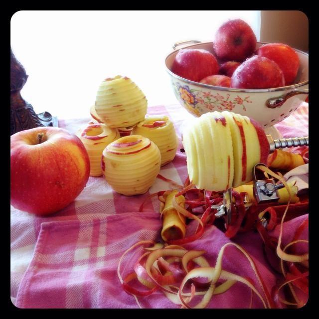 Peel, núcleo, y cortar las manzanas.