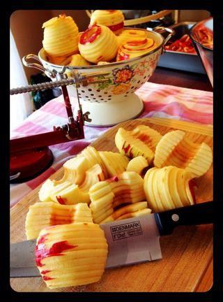 Cortar las manzanas sin corazón en el medio.
