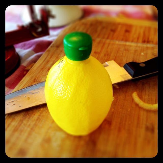 Jugo de limón llovizna sobre las manzanas para evitar el pardeamiento.