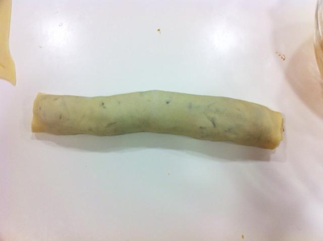 Estirar la masa en forma de cilindro. Envolver en papel de horno y dejar en la nevera durante 2-3 horas. Recetas de masa de pan hace 2 cilindros.