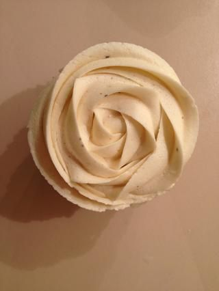 Comience en el centro de la magdalena y el hielo en un movimiento circular hacia el exterior de la magdalena para lograr un efecto de color de rosa