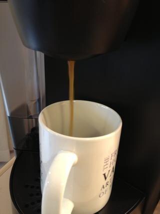 Preparar una taza de su café favorito