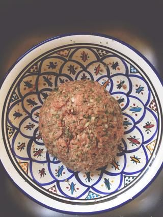 Añadir la carne molida de cordero al bol y mezclar bien hasta que se ve algo como esto.