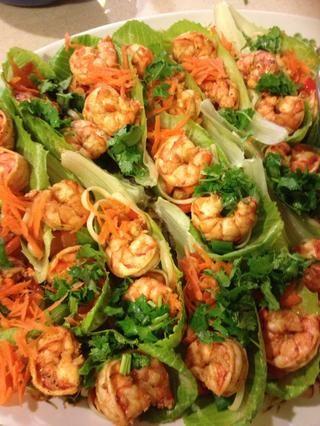 Continuar a la capa pimiento, cebolleta, 2-3 de camarones, zanahoria y cilantro en cada hoja. Rociar con la salsa de soja.