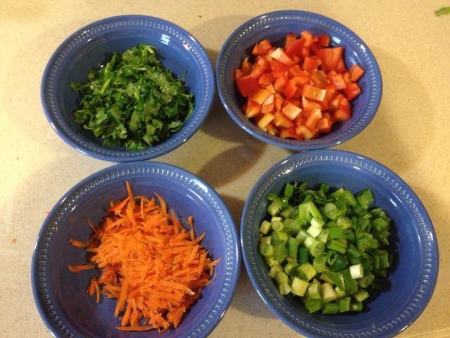 Picar sus cilantro, pimienta y cebollines. Rallar o juliana su zanahoria.
