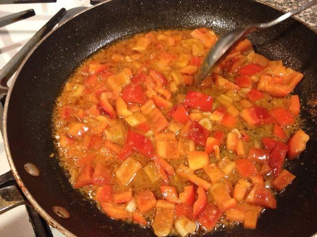 En la sartén, añadir la última cucharada. aceite y añada el pimiento rojo cortado en cubitos. Sazone con sal y pimienta y rehogar durante 2 minutos, hasta que estén tiernos. Retírelo del calor.