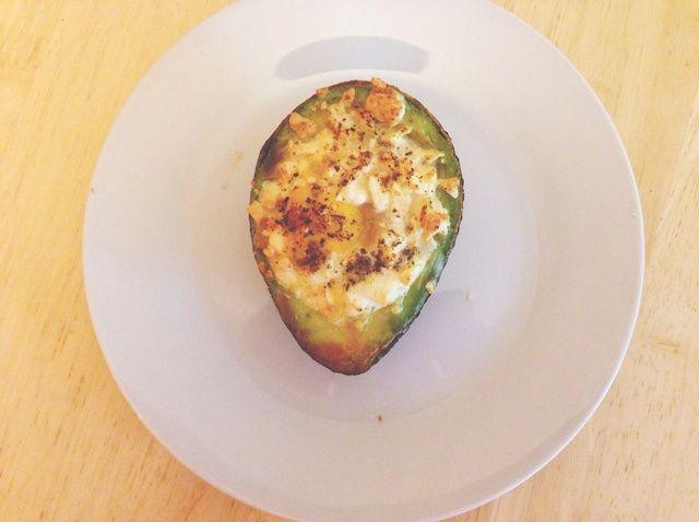 ¿Cómo hacer huevos aguacate picante con queso feta Receta