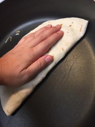 Presione firmemente para ayudar a aplanar la quesadilla!