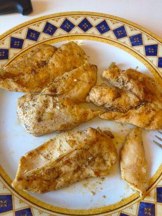 Después de 10 minutos el pimiento y la cebolla se ablande y el pollo serán completamente cocido. Coloca la pechuga de pollo en un plato y por el momento dejar el resto de los ingredientes en la sartén.