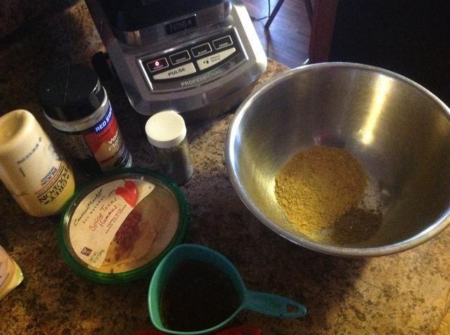 Añadir el puré de garbanzos, Dijon y condimentos luego se mezclan con los garbanzos puré.