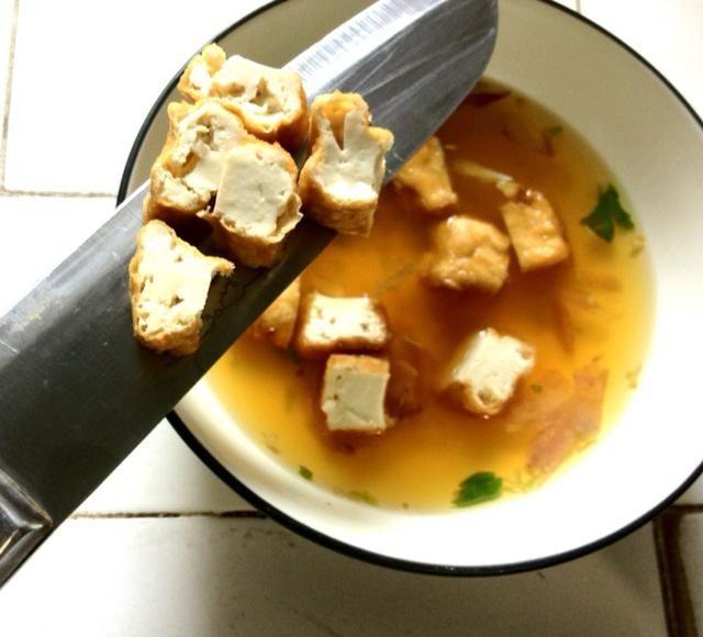 Añadir en el tofu en cubitos, o puré de tofu :) bien la razón por la que elegí el tofu en dados, ya que es mejor para su presentación: p