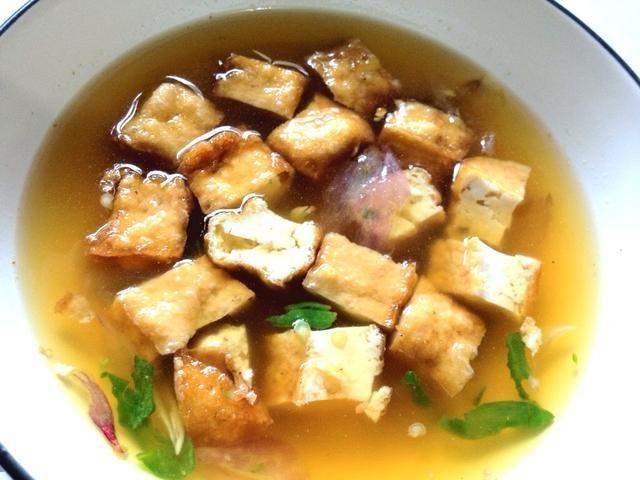 Que las estancias de tofu en un recipiente durante unos 3 mins para que pueda absorbe el sabor y aroma de los chiles, la cebolla, el azúcar de palma y canela. ¡Disfrutar!