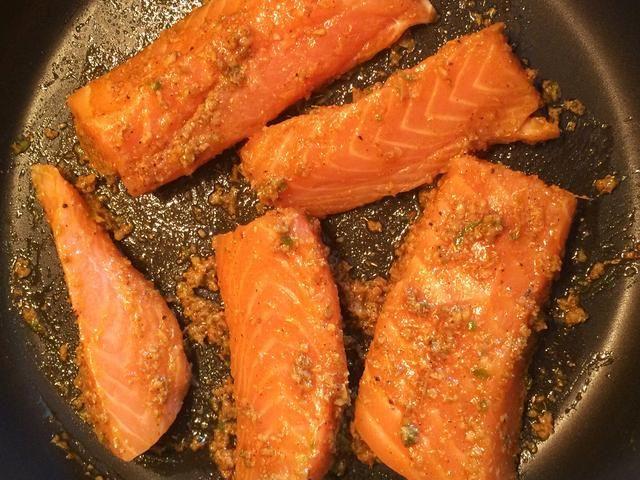 Agregar el salmón y cubrir bien en la pasta de masala.