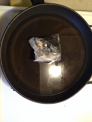 Hierva el agua en una cacerola grande. Puse la anchoa / algas secas empacar en hacer el caldo abundante.