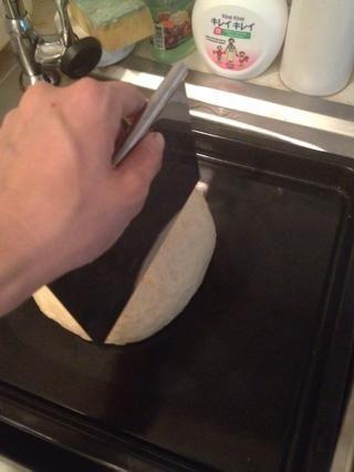 Cortar la masa. Pulse siempre cortarlo no tire o tratar de ver esto, o la masa se desinfla.