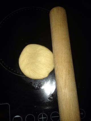Con pequeño rodillo, plano hacia abajo a la pelota, a continuación, utilizar el cortador de masa para ponerlo lado bastante abajo.