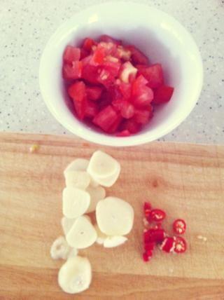 Picar el tomate, el ajo y chilipadi en trozos pequeños.