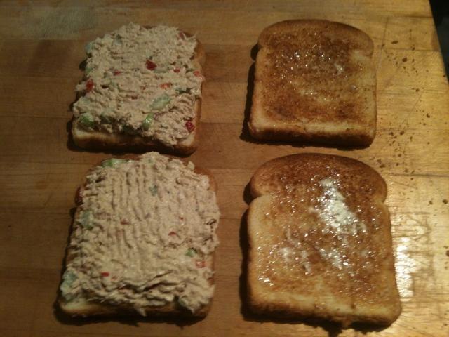 Par de tostadas trozos de pan (ligeramente con mantequilla), añadir el atún con el pan. Se puede utilizar cualquier tipo de pan o bollos que te gusta.