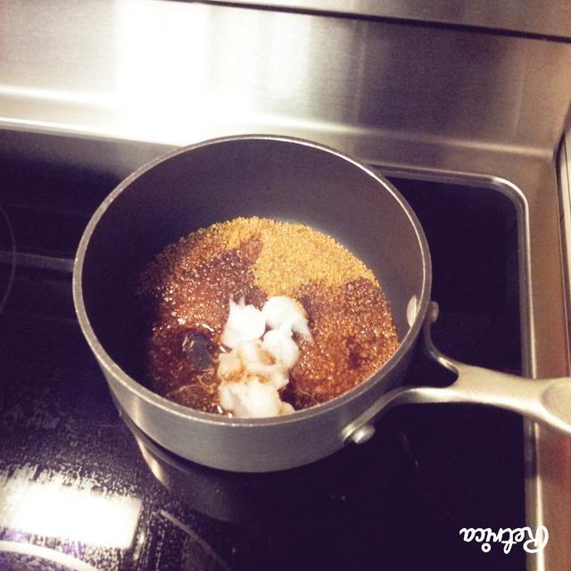 Para el ron se disparó caramelo, añadir el azúcar, el aceite de coco, extracto de vainilla y el ron a una olla y llevar a ebullición.