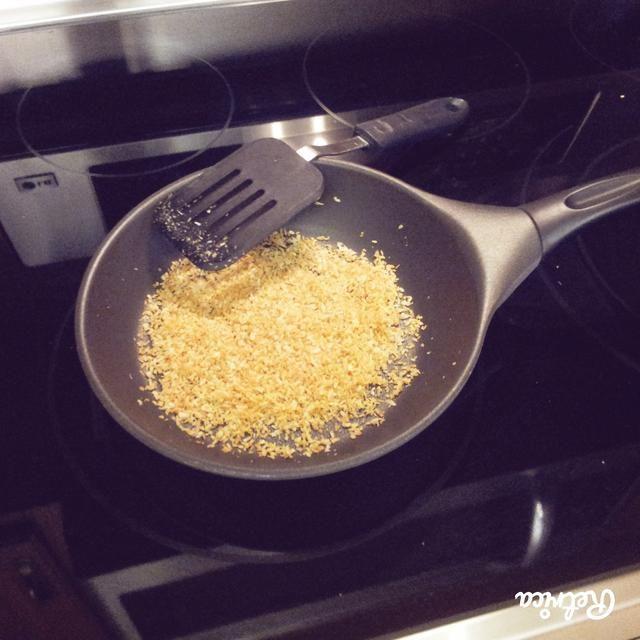 A continuación, agregue 1/2 taza de coco rallado en una sartén y cocine a fuego medio. Revuelva hasta que se dore.