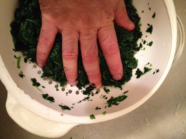 Asegúrese de exprimir la mayor cantidad de agua de la espinaca como puedas.